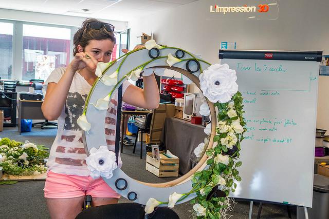 Un des cerceaux de l'oeuvre florale connectée avec une des apprenties fleuristes de la MFR au FabLab zBis